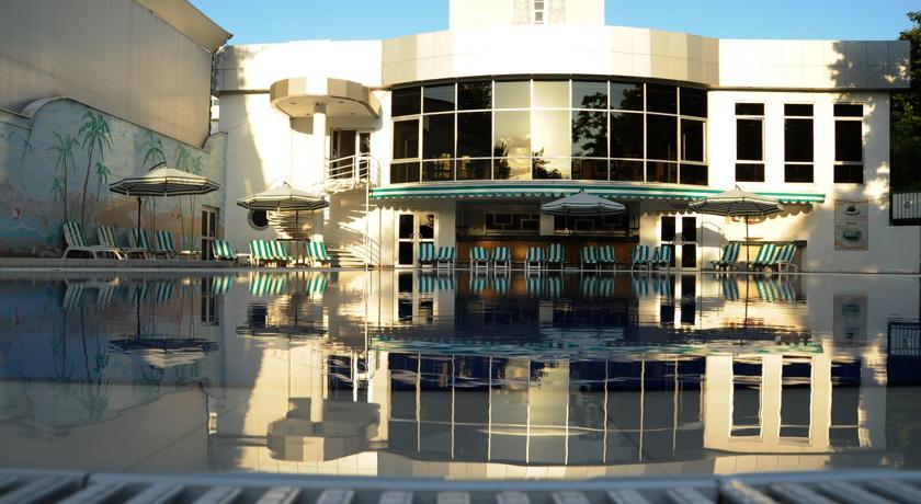 Swimming Pool Wyndham Tashkent 1
